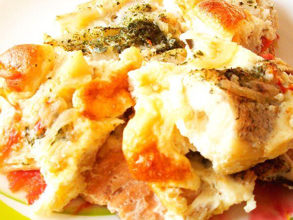 Риба, запечена з горіхами під омлетом
