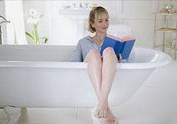 Жінка в ванні з книгою