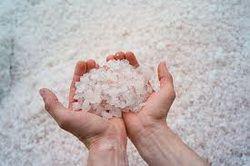 Морська сіль в долонях