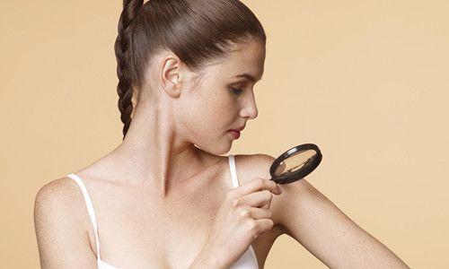 Чи можна висмикувати на тілі волосся з родимки?