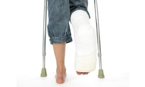 Правила першої допомоги при закритому переломі гомілки